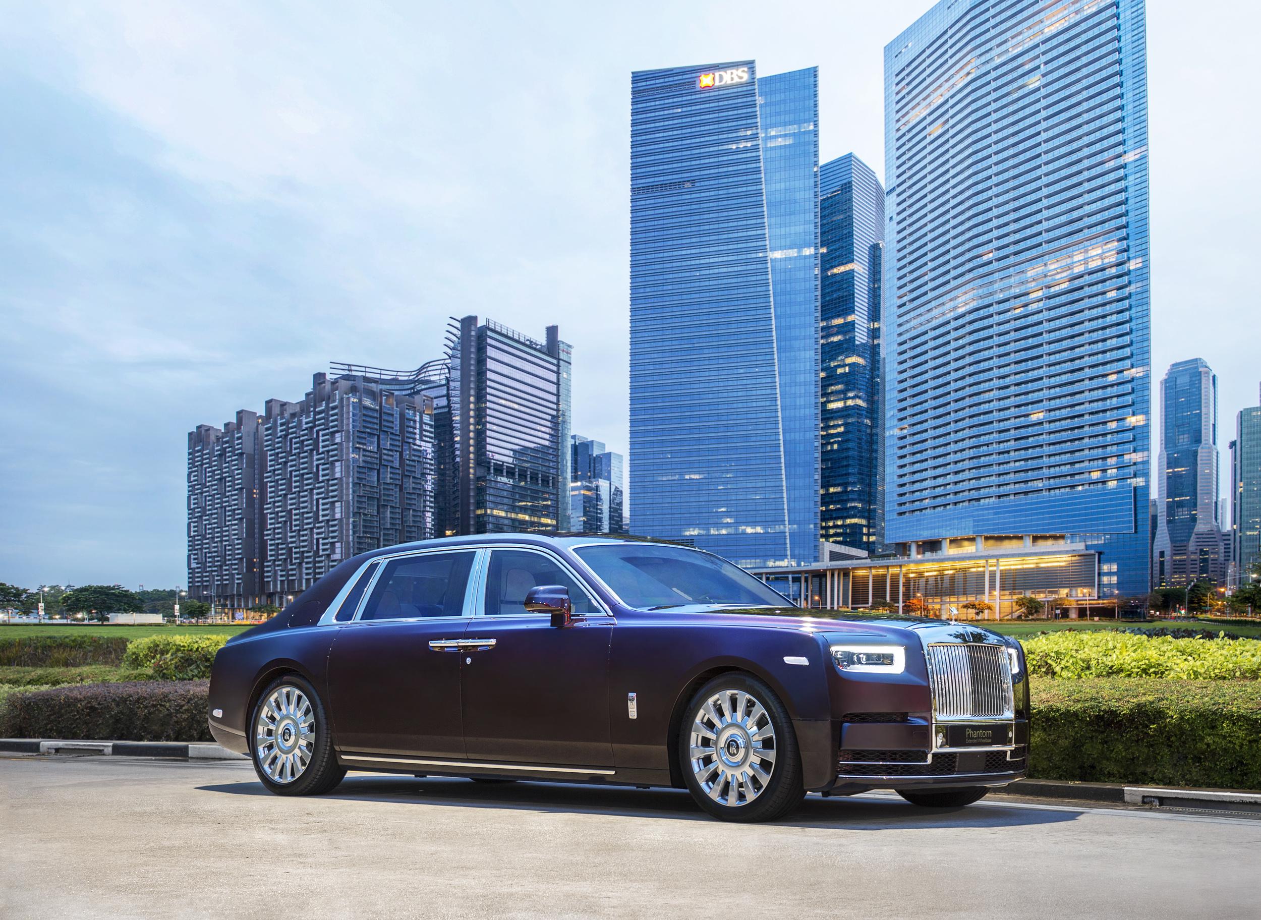 Rolls-Royce Phantom in front of M?BS