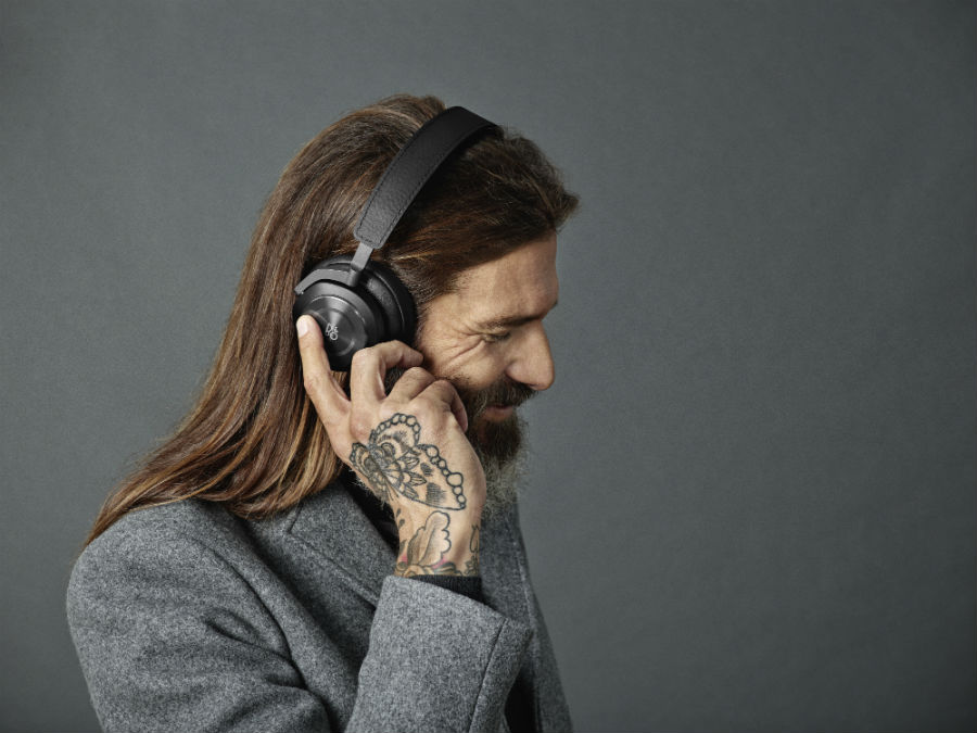 Man tapping Beoplay H9i in black