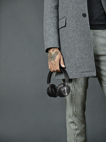 Man holding Beoplay H9i in black
