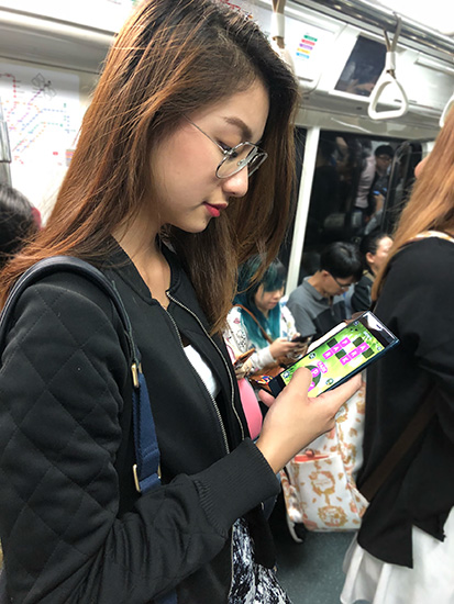 Vanessa using the Sony Xperia XZ2 on the train