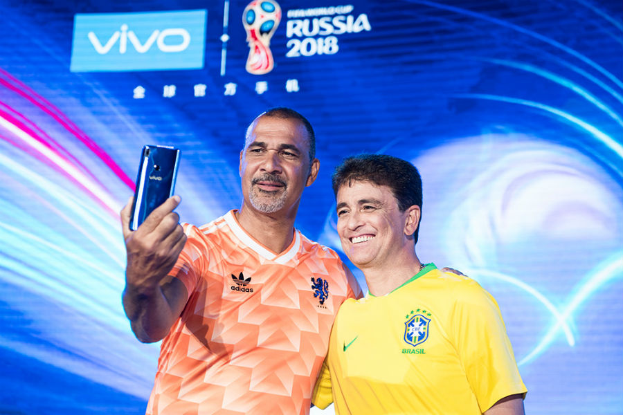Bebeto and Ruud Gullit taking a selfie with Vivo V9