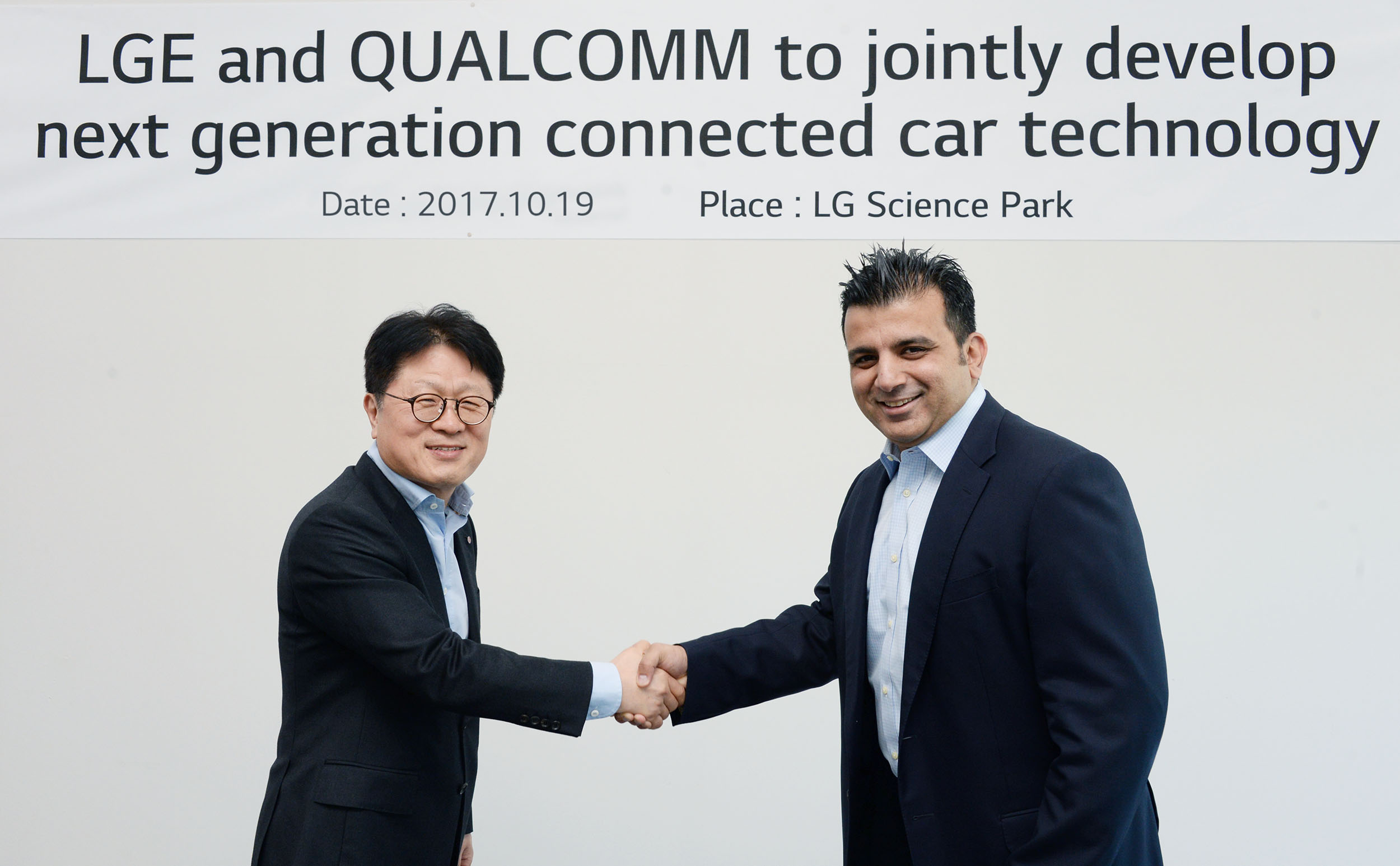 LG and Qualcomm leaders shaking hands