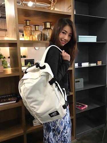 Vanessa carrying CabinZero bag