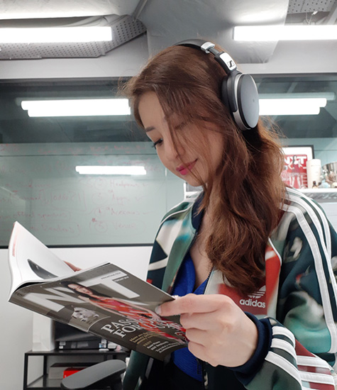 Vanessa with the Sennheiser HD 4.50 BT reading NXT magazine