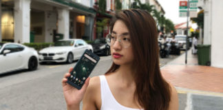 Vanessa holding the Sony Xperia XZ2 on the streets