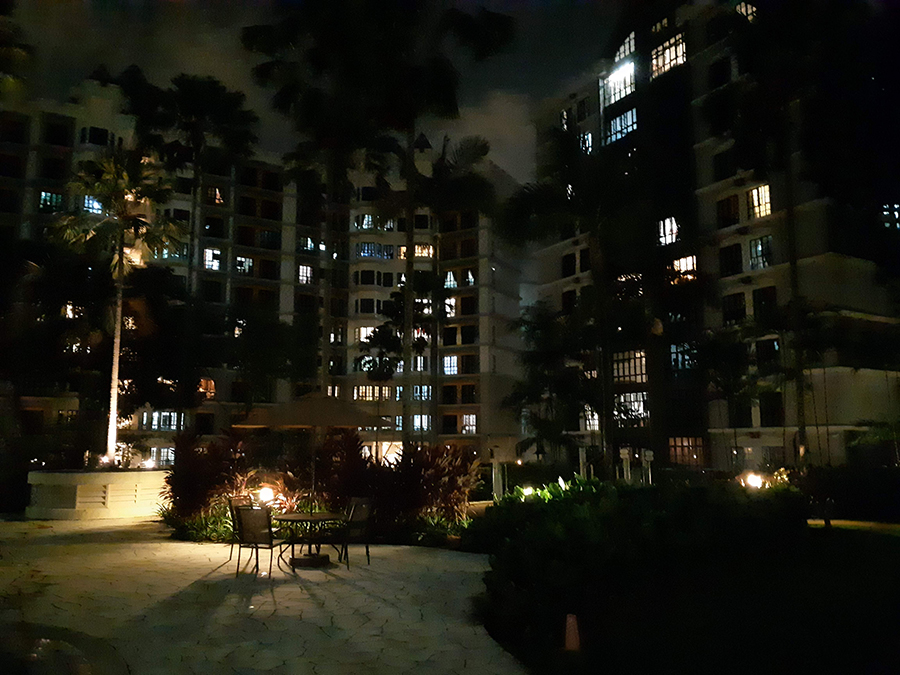Night photo taken with the Samsung Galaxy A8+