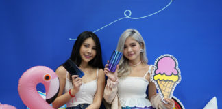 Influencers Aylna Neo (left) and Charlotte Lum (right) with Vivo V11 phones at Sitex 2018