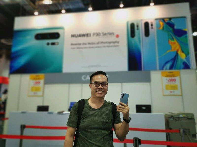 Huawei supporter with his Huawei P30 Pro