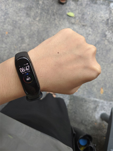 NXT Angel Zhimin tests out the Mi Smartband 4