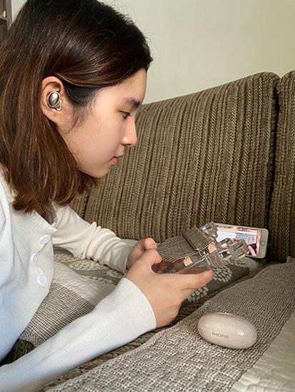 Avrrey using the 1More True Wireless In-Ear Headphones